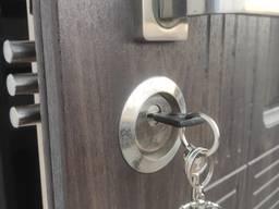 Врезать новый замок в дверь, установить защиту от взлома