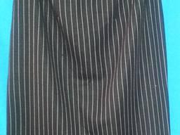 ЮБКА - прямая, черная в светлую полоску, без пояса, змейка.