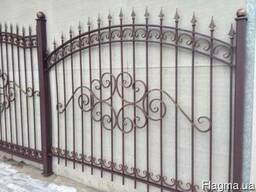 Забор сварной с пиками и декоративными элементами