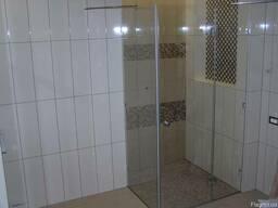 Закаленное стекло душевой кабины в интерьере ванной комнаты