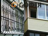 Застекление балкона, кованые решетки на окна.