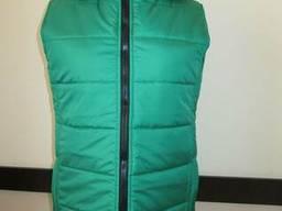Зеленая жилетка с капюшоном пошив под заказ