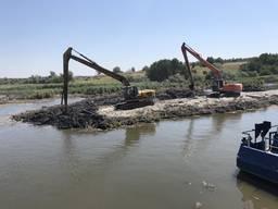 Чистка озер рек дренажей. Ломаем цеха, металлоконструкции