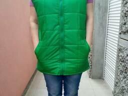 Жилет стеганный зеленый с логотипом, пошив жилетов